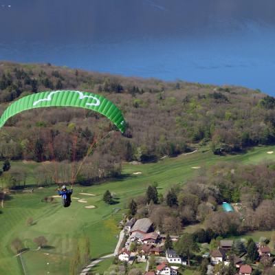 vol parapente au dessus du lac d'annecy